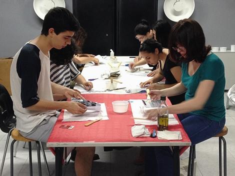 Alumnos realizando el taller de transferencia fotográfica sobre lienzo en el IEFC