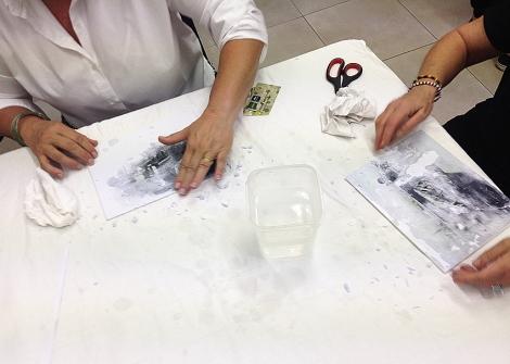 Alumnas realizando el taller de transferencia fotográfica sobre lienzo en el IEFC. Foto de Mireia Alises