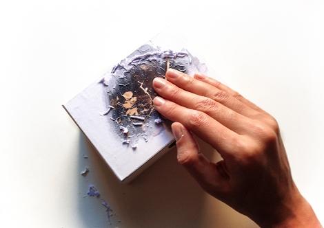 Detalle de una mano realizando una transferencia fotográfica sobre madera. Foto de Mireia Alises