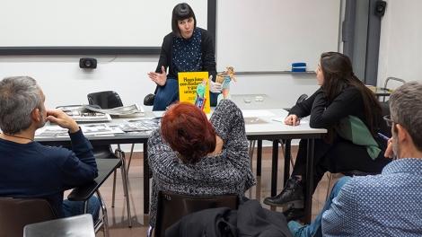 Mireia Alises realizando una charla a los alumnos de Fotografía de Autor en el IEFC. Foto de Jaume Buxeda