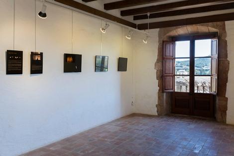 Fotografías del proyecto Gairebé Fosc expuestas en la sala de la casa de Cultura Ca la Pruna en Pals (Girona)