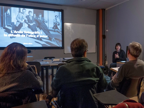 Mireia Alises impartiendo una charla a los alumnos de Fotografía de Autor del IEFC. Foto Jaume Buxeda