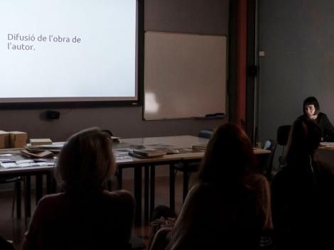 Mireia Alises impartiendo una charla a los alumnos de Fotografía de Autor en el IEFC. Foto de Jaume Buxeda