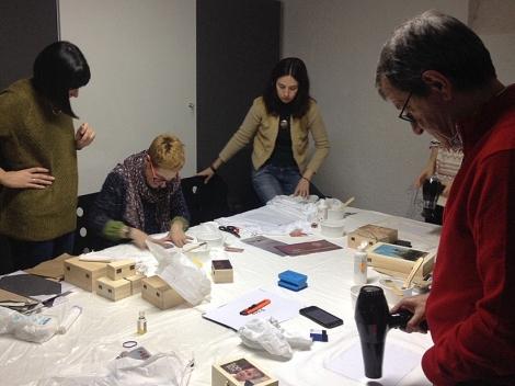 Mireia Alises impartiendo el curso de transferencias fotográficas en el Visor. Espai Fotogràfic (Barcelona).